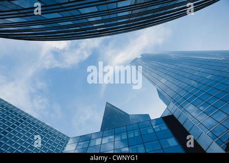 Fassade des modernen Bürogebäuden gegen Himmel, direkt unter - Stockfoto