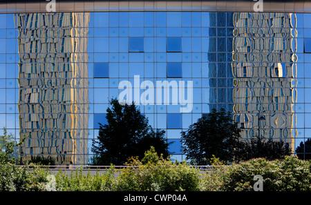 Europäischen Gerichtshofs, spiegelt sich in Glasverkleidung des Sofitel Hotels bauen, Kirchberg, Luxemburg, Europa - Stockfoto