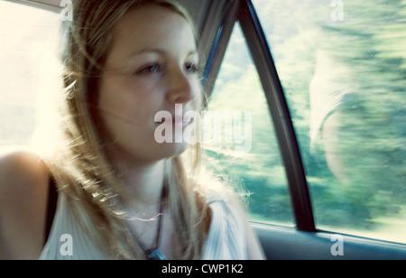 Frau Reiten im Auto, unscharf gestellt - Stockfoto