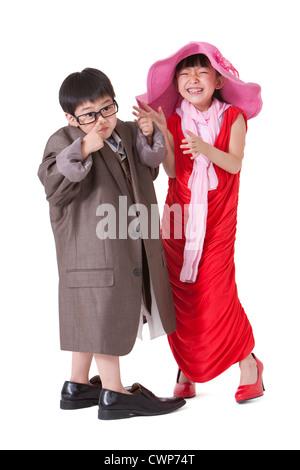 Jungen und Mädchen putzt sich wie Erwachsene - Stockfoto