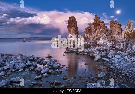 Schöne Aussicht auf die seltsame Tuffstein Türme des Mono Lake. - Stockfoto