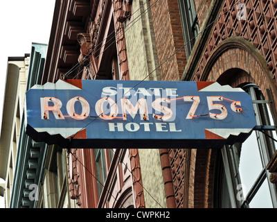 Detail Ansicht verzierten Fassade & restaurierten Oldtimer Leuchtreklame der gentrifizierten ehemaliges Hotel & - Stockfoto