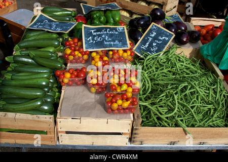 Gemüse auf Verkauf Markt Domme Dordogne Aquitanien Frankreich Zucchini Tomate Cerise Tomaten Gartenbohnen Vert grüne - Stockfoto