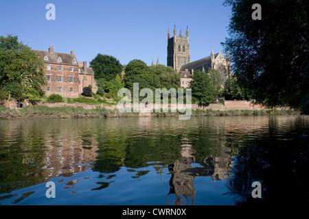 Kathedrale und Ostufer spiegelt sich in den Fluss Severn bei Worcester - Stockfoto