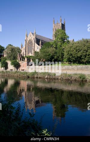 Worcester Kathedrale spiegelt sich in Severn, gesehen vom Kapitel Wiesen - Stockfoto
