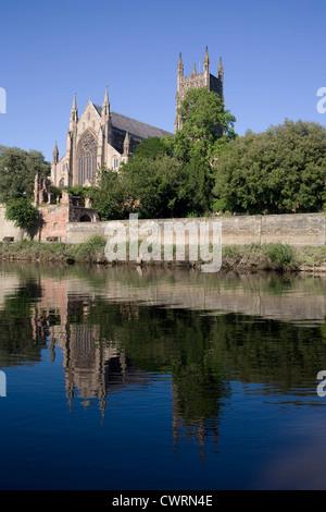 Worcester Kathedrale hinter Kleve zu Fuß durch den Fluss Severn - Stockfoto