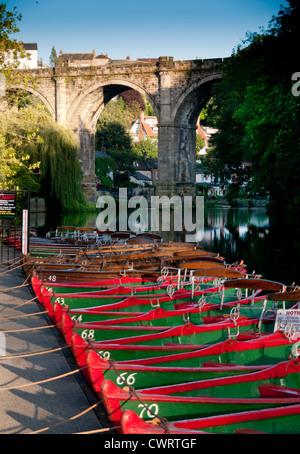 Boote auf dem Fluss Nidd bei Knaresborough - Stockfoto