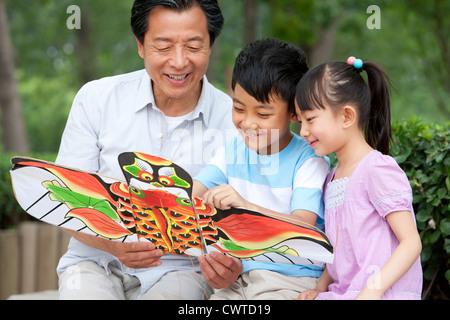 Familie einen Drachen zusammen - Stockfoto