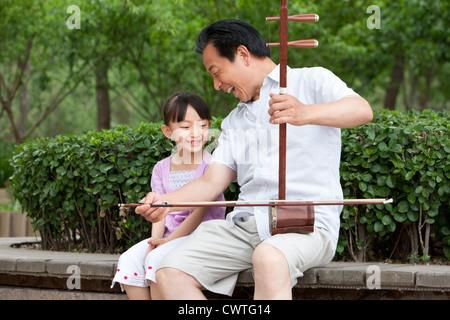 Großvater spielen chinesische traditionelle Musikinstrument Erhu - Stockfoto