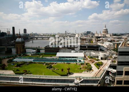 Skyline-Blick von der City of London, Blick nach Westen in Richtung St. Pauls Kathedrale und auf der Themse, London, - Stockfoto