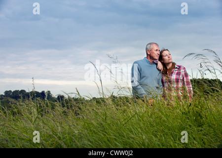 Vater und Tochter in hohe Gräser - Stockfoto