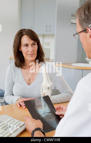 Arzt Untersuchung Röntgenstrahlen mit Patienten - Stockfoto
