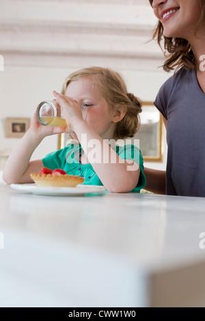 Mutter und Tochter beim Frühstück - Stockfoto