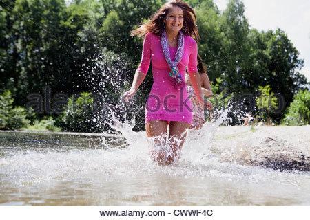 Teenager-Mädchen planschen im ländlichen stream - Stockfoto