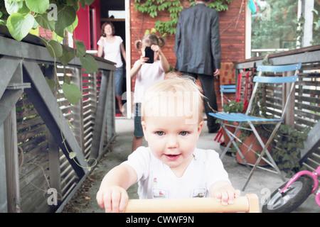 Kleinkind spielt im Hinterhof - Stockfoto