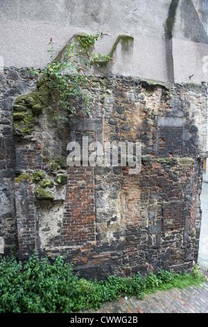 Reste von einem alten historischen Haus mit mehreren Feuerstellen in der Mauer der alten Stadt Aberdeen Scotland - Stockfoto