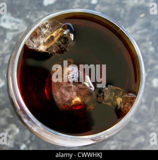 Draufsicht der Glas Cola mit Eis - Stockfoto
