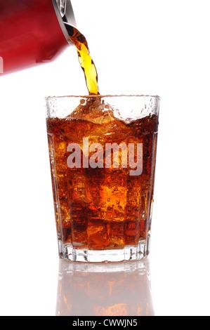Cola aus der Dose in ein Glas gießen gefüllt mit Ice Vertical Format isoliert auf einem weißen Hintergrund. - Stockfoto