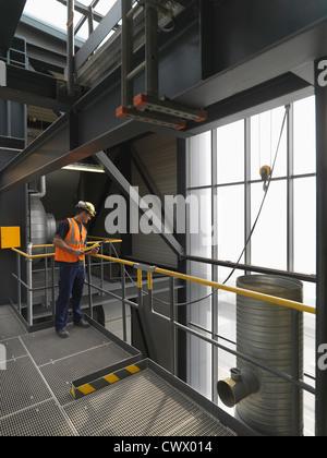 Arbeiter bedienen von Maschinen im Werk - Stockfoto