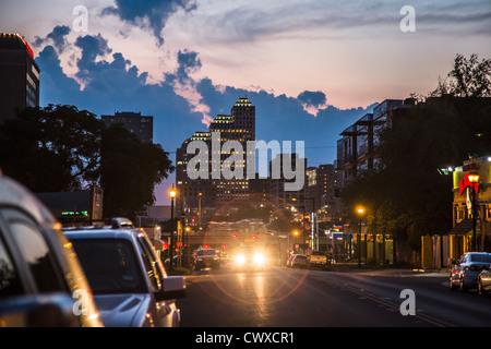 Dämmerung und farbenprächtigen Sonnenuntergang auf den Straßen von East Austin - Stockfoto