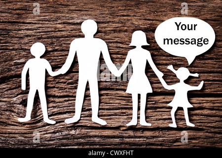 Pappfiguren der Familie auf einem Holztisch. Das Symbol der Einheit und des Glücks. Über die Tochter-Blase, die - Stockfoto