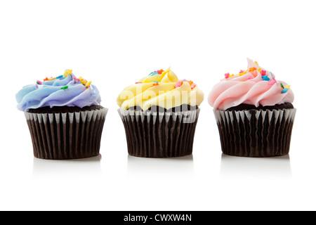 Eine Reihe von pastellfarbenen iced Schokoladentörtchen auf weißem Hintergrund - Stockfoto
