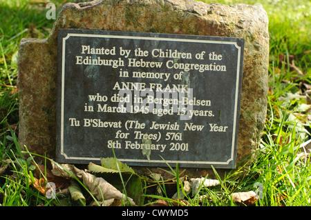 Gedenktafel in den Princes Street Gardens, Edinburgh, im Gedenken an Anne Frank. - Stockfoto
