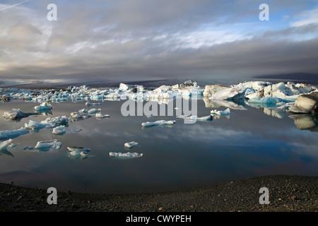 Treibeis im Abendlicht am Gletscher See Joekulsarlon, Island - Stockfoto