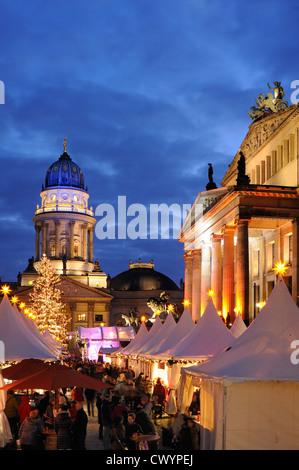 Winterzauber, Weihnachtsmarkt am Gendarmenmarkt square, Schauspielhaus, Deutscher Dom Kathedrale, Berlin, Deutschland, - Stockfoto