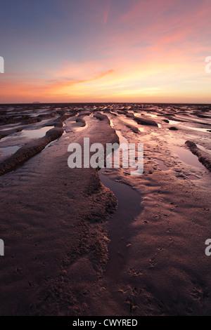Wattwanderungen im Sand Bay in der Nähe von Weston-super-Mare. Somerset. England. VEREINIGTES KÖNIGREICH. - Stockfoto