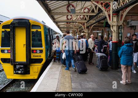 Passagiere, die fangen immer auf Internat einer Arriva-Wales trainieren am Bahnhof Aberystwyth, Wales UK - Stockfoto