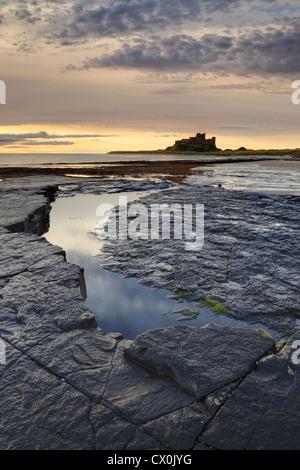 Sonnenaufgang über Bamburgh Castle an der Küste von Northumberland. - Stockfoto