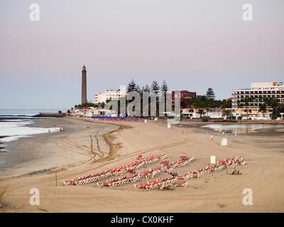 Faro de Maspalomas Gran Canaria mit Strand, Sonnenliegen und Hotels - Stockfoto