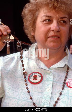 New York, NY - Pro-Life Demonstrant, Operation Rescue, hält einen Rosenkranz mit Kruzifix, mokiert bei Pro Choice - Stockfoto