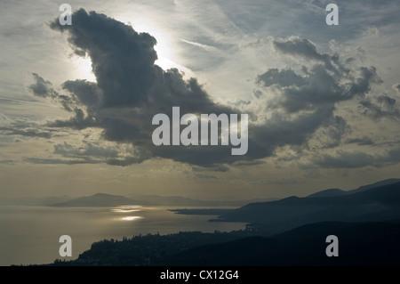 Blick auf den Pagasitischen Golf mit dramatischer Himmel (Halbinsel Pilion, Thessalien, Griechenland) - Stockfoto