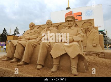 ITAR-TASS 60: MOSKAU, RUSSLAND. 1. MAI 2010. Sand Zahlen Mitglieder der Teheran-Konferenz Winston Churchill, Franklin - Stockfoto