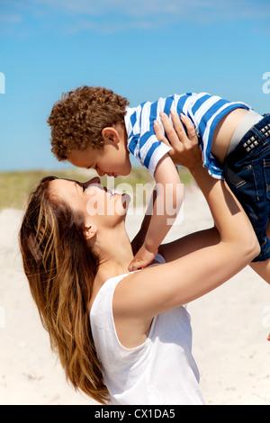 Schöne junge Mutter hält ihr Sohn - Stockfoto