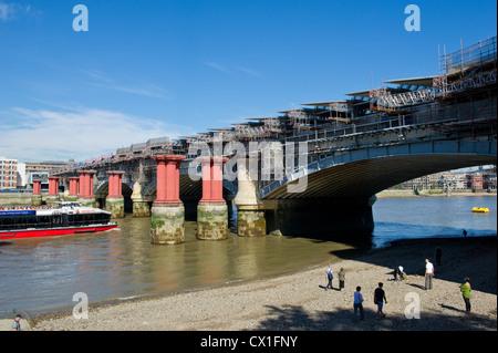 Solar-Panels auf der Blackfriars Bridge in London installiert wird Stockfoto
