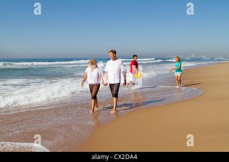 Familie zu Fuß am Strand - Stockfoto