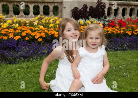 Zwei glückliche Mädchen - Schwestern - Stockfoto