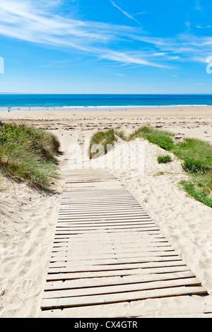 Holzweg über Dünen an einem Strand in der Normandie, Frankreich - Stockfoto