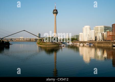Neuer Zollhof Bauten von Frank Gehry im Medienhafen oder Medienhafen in Düsseldorf - Stockfoto