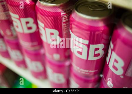 Red Bull Kühlschrank Metro : Red bull kühlschrank metro: coca cola dosen auf einem regal in der