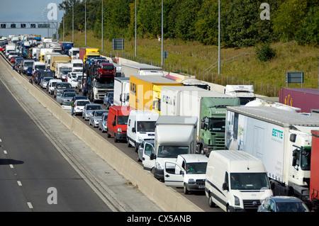 Ruhenden Verkehr festgefahrene auf vier Fahrspuren der Autobahn M25 - Stockfoto