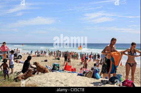 Menschen, die genießen das Meer bringen ihre Familien, die Sonne, Surf und frische Luft zu genießen. - Stockfoto