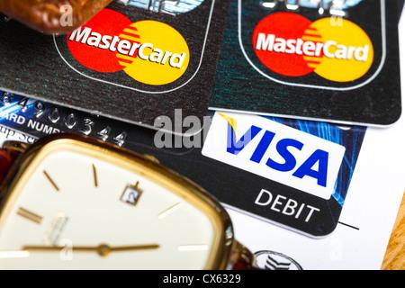 Dublin, Irland - 12. September 2012. Dies ist eine Studioaufnahme von 2 Master-Cards und eine Visa-Debitkarte neben - Stockfoto