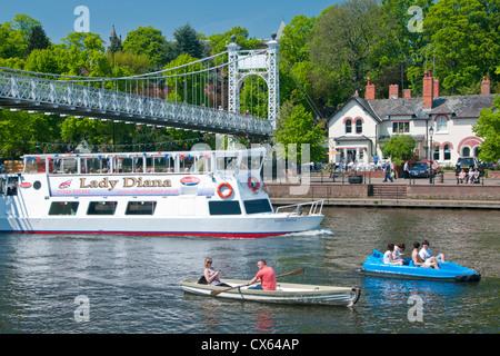 Freude & Ausflugsboote am Fluss Dee Unterquerung Queens Park Bridge, Groves, Chester, Cheshire, England, UK - Stockfoto
