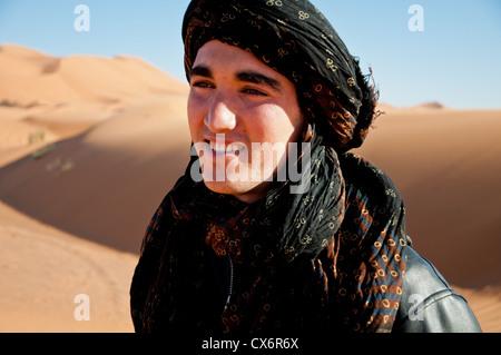 Ein junger Berber Mann lächelnd in die Sahara - Stockfoto