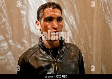 Eine marokkanische Mann stand vor einer weißen Gaze-Kulisse. - Stockfoto