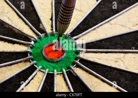 ein Pfeil trifft Ziel im Zentrum von Dart Board gute Geschäftskonzept für Erfolg - Stockfoto